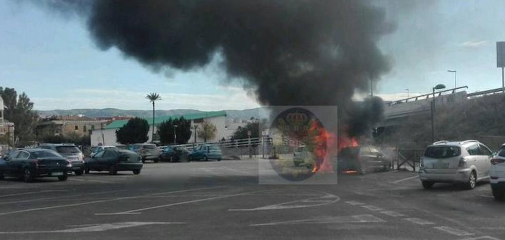Arden dos coches en el parking disuasorio de El Malecón