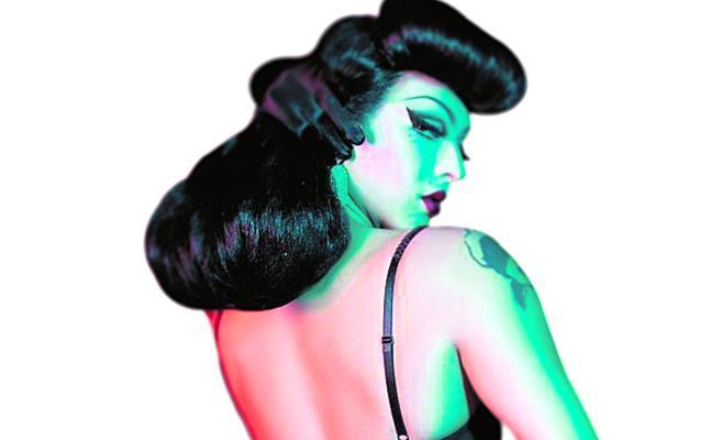La primera 'drag queen' que publicita lencería
