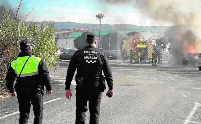 El fuego calcina dos coches en Murcia