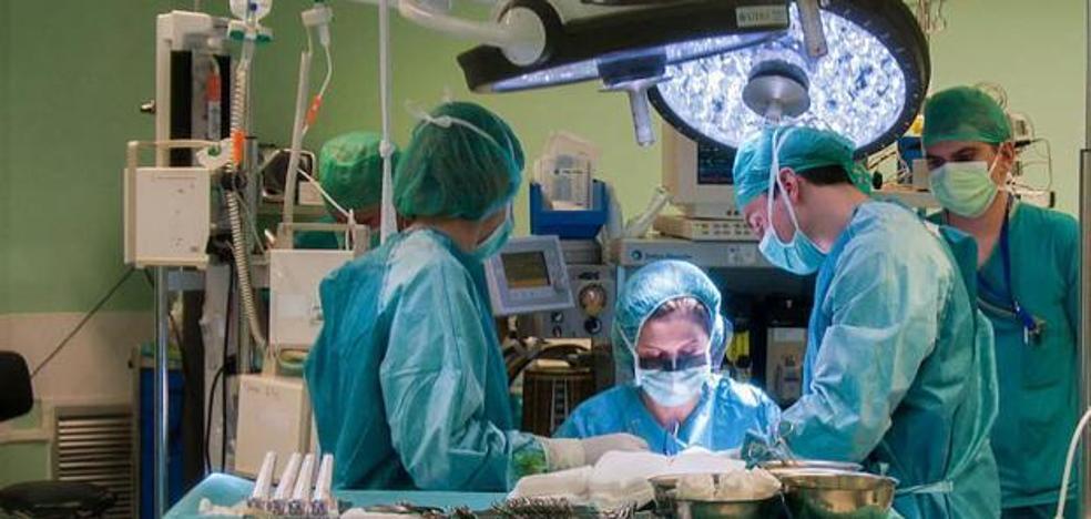 Pide una incapacidad laboral tras recibir un rodillazo en los genitales en un quirófano