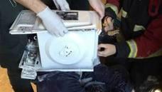 Un 'youtuber' casi muere al meter la cabeza en un microondas y sellarlo con cemento