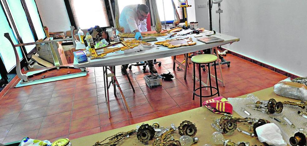 Lámparas, muebles y pinturas comienzan a ocupar las estancias del Palacio de Guevara