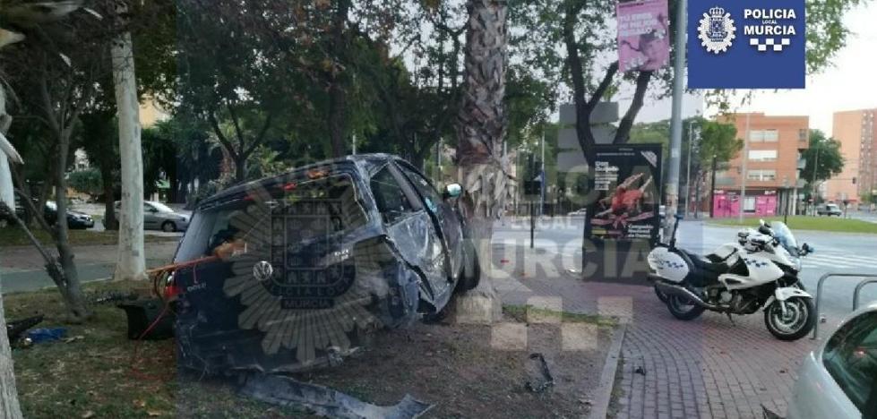 Un conductor se estrella contra una palmera en Juan de Borbón