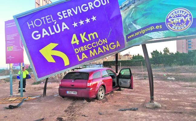 Choca contra una valla en La Manga al cuadruplicar la tasa máxima de alcohol