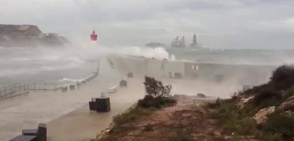 Así impactan las olas producidas por el temporal en el Puerto de Cartagena