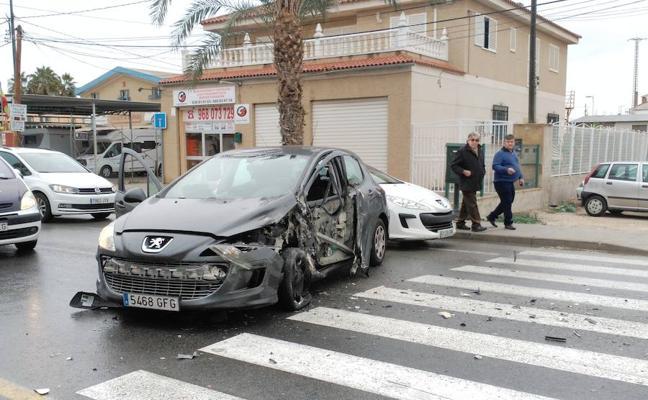 Herido tras un aparatoso accidente entre un autobús y un turismo en la carretera de Santa Catalina