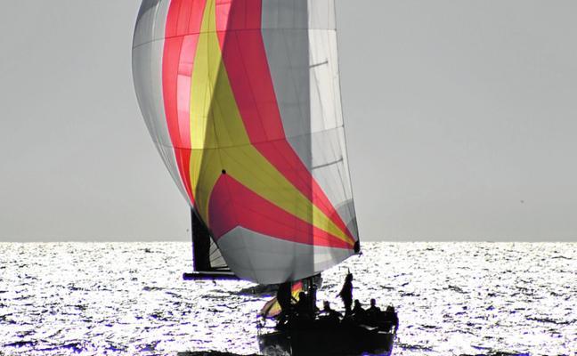 Espectáculo en la regata final de la Vuelta a las Islas