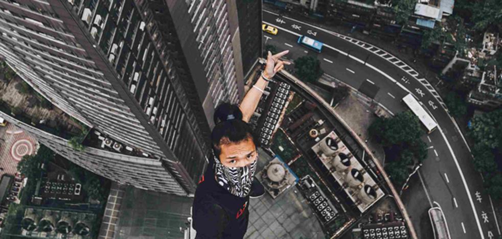 Un acróbata extremo graba su presunta muerte al caer de un rascacielos de 62 pisos