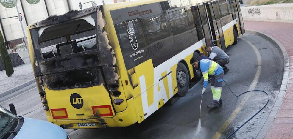 Un autobús de línea se incendia a su paso por Espinardo