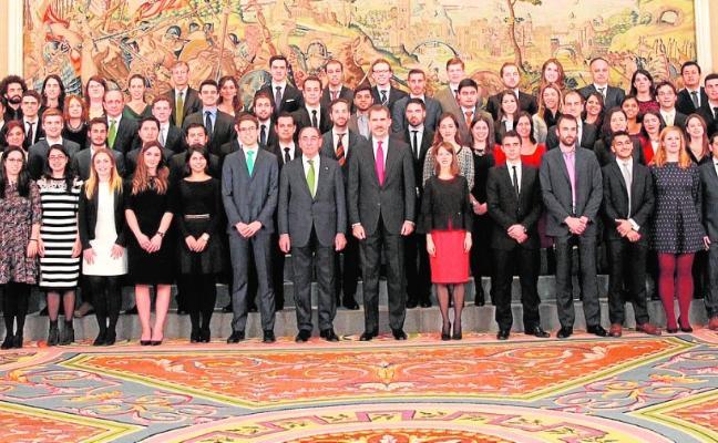 Felipe VI recibe en audiencia a los becados de Iberdrola