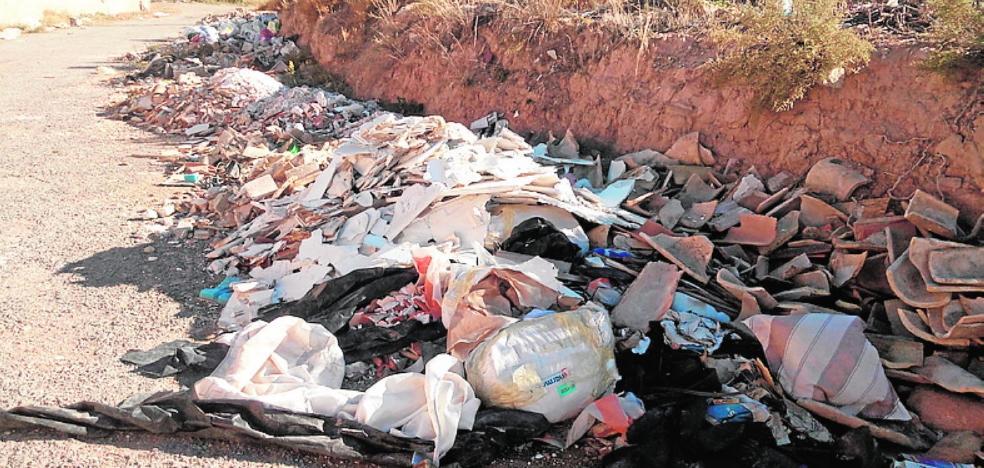 Vierten escombros en el Camino de los Pasos