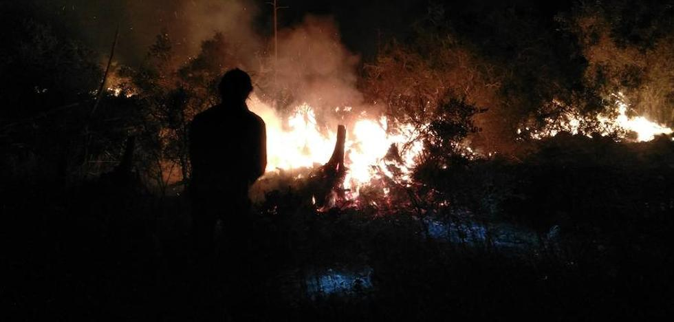 Un incendio calcina unas 4 hectáreas de matorral en el Puerto del Garruchal