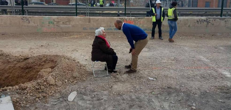 La 'abuela del soterramiento' planta su silleta frente a las obras del AVE