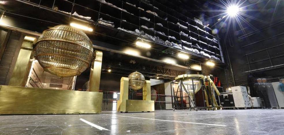 Los bombos del Sorteo Extraordinario de Lotería de Navidad ya están en el Teatro Real