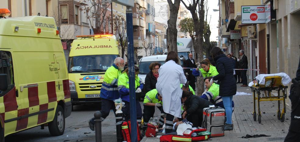 La explosión de una bolsa de pirotecnia destroza una pierna a un vecino