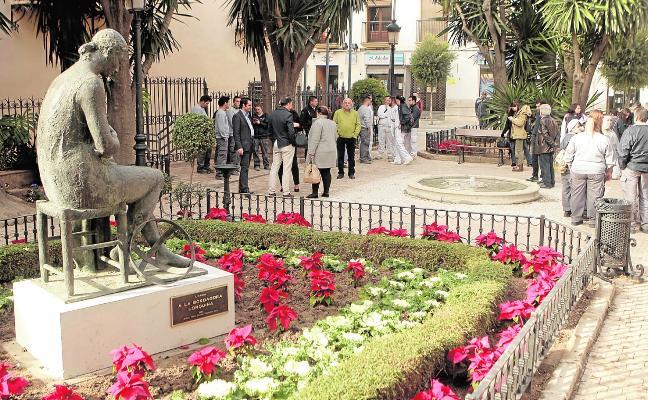 La Plaza de Concha Sandoval recupera el monumento a la Bordadora tras obras de mejora
