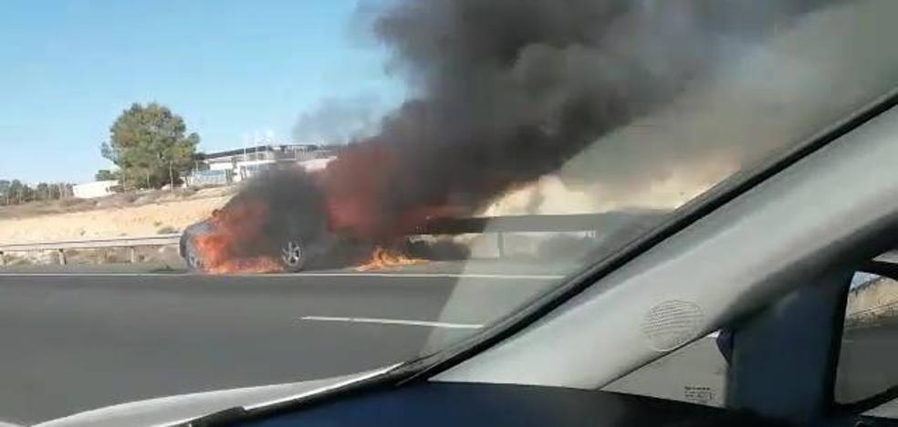 Un coche acaba envuelto en llamas en la bajada del Puerto de la Cadena