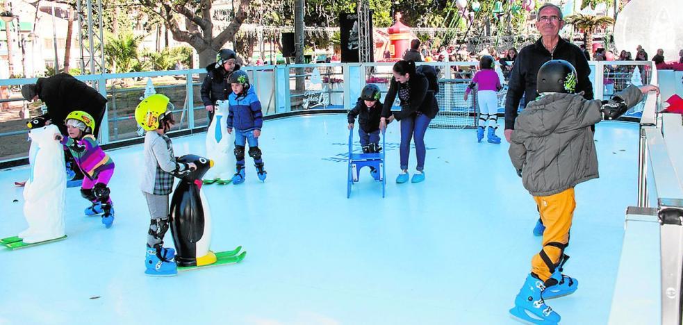 Futuros patinadores en la pista de hielo ecológico de la Circular
