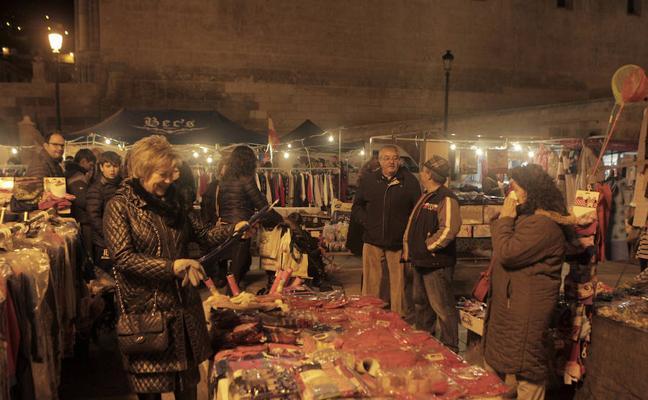 Un mercado extraordinario de Navidad abarrotó anoche el recinto histórico de Lorca
