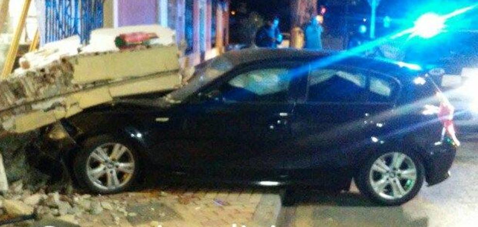 Una conductora ebria estrella su coche contra la fachada de un restaurante de Murcia