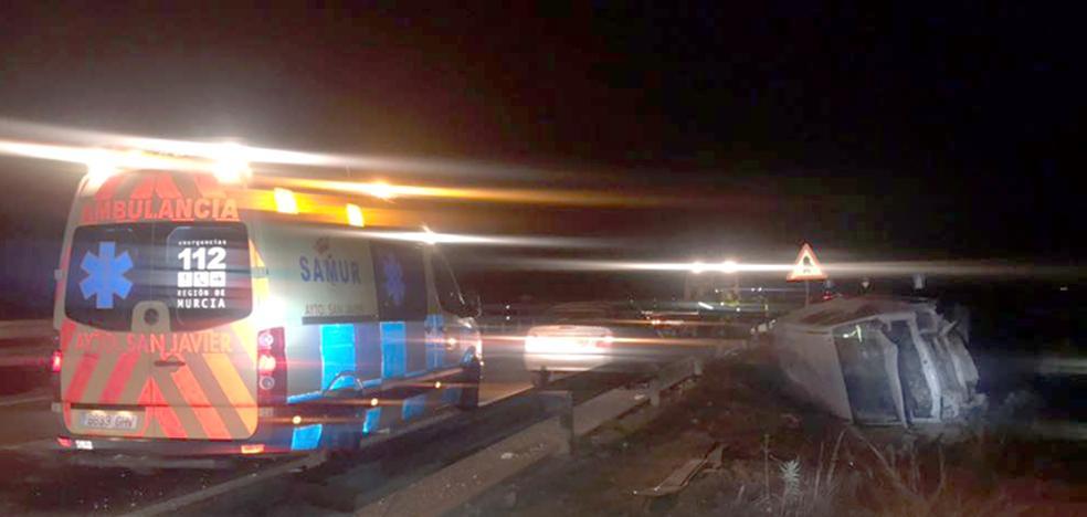 El conductor de una furgoneta huye a pie tras volcar en la AP-7