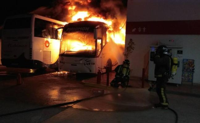 Un indigente, herido grave en el incendio de dos autobuses en Lorca