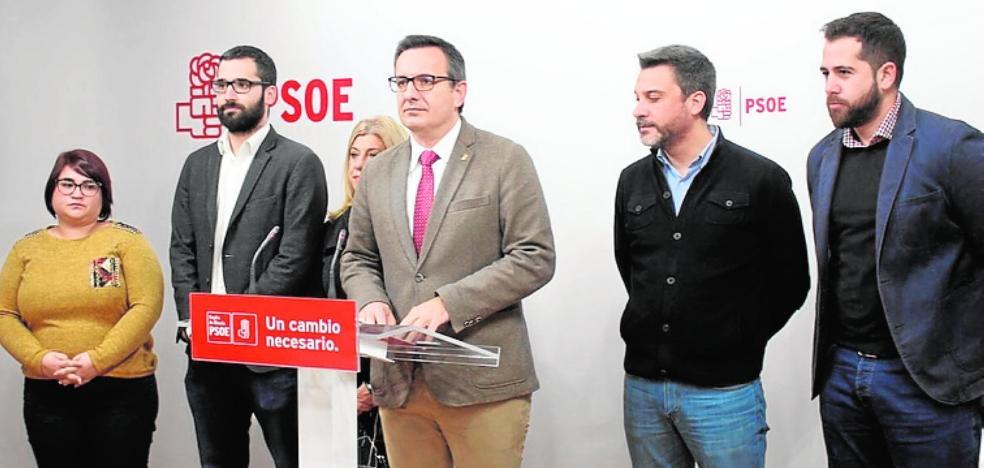 «Bebemos agua por las desaladoras que puso el PSOE»