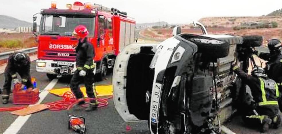 Ingresan en el hospital dos mujeres tras volcar el coche en el que viajaban en la A-33