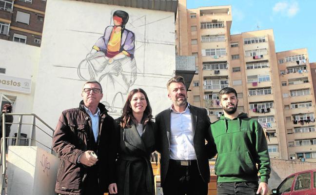 El grafitero Jandres adorna el acceso a la plaza de abastos