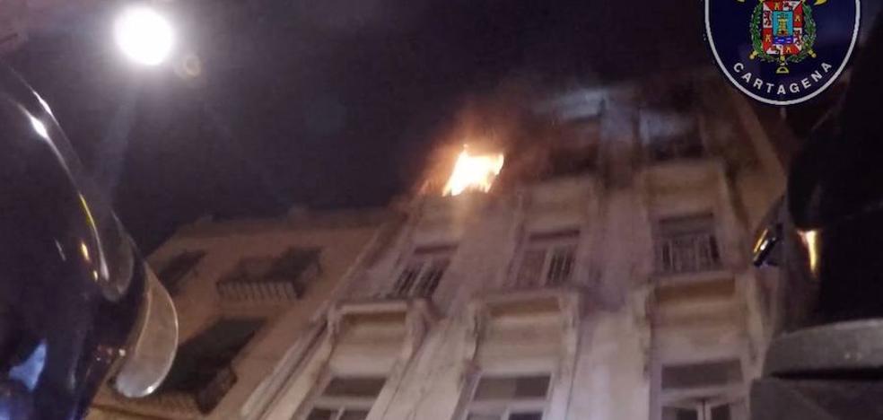 Un incendio obliga a desalojar un edificio ocupado por indigentes