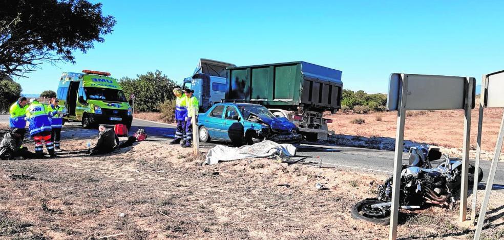 El primer choque grave del año deja un motorista fallecido y tres heridos