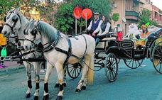 Sus Majestades llegan en carruaje a Puente Tocinos
