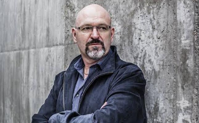 Esteban Navarro: «El escritor de novela negra saca sus ideas de la prensa»