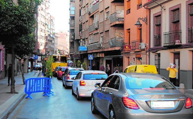 Vecinos y comerciantes rechazan el «experimento» del sentido único en la calle Mayor