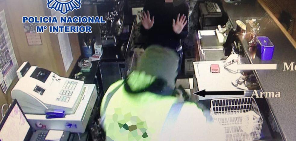Un estanquero se enfrenta a un ladrón armado y logra retenerlo hasta la llegada de la Policía