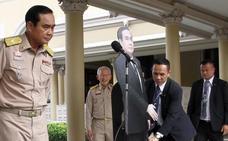 El jefe de la junta militar de Tailandia coloca un 'doble' de cartón para no responder a la prensa