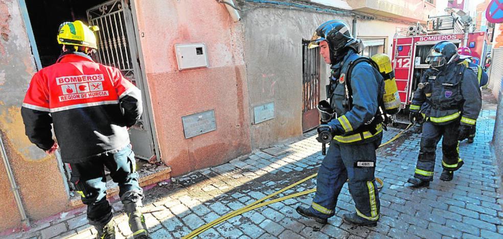El incendio en una vivienda obliga a evacuar a una decena de inmigrantes