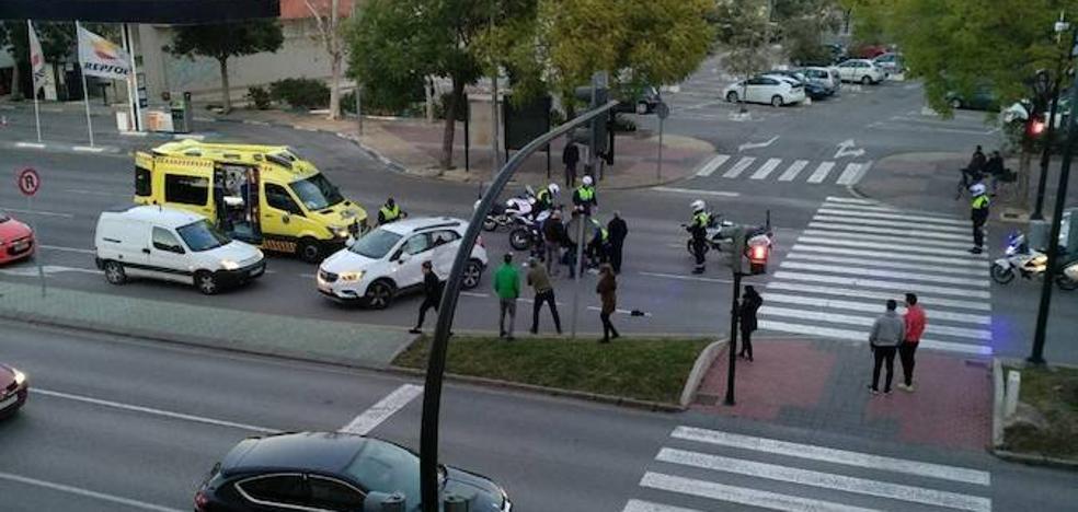 Herido muy grave tras chocar con su moto contra un coche en la avenida Primero de Mayo