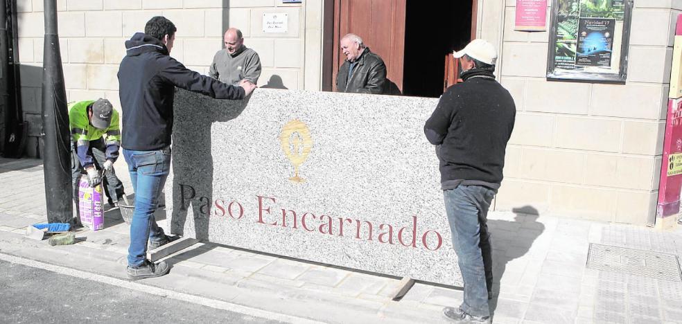 El emblema del Paso Encarnado en mármol