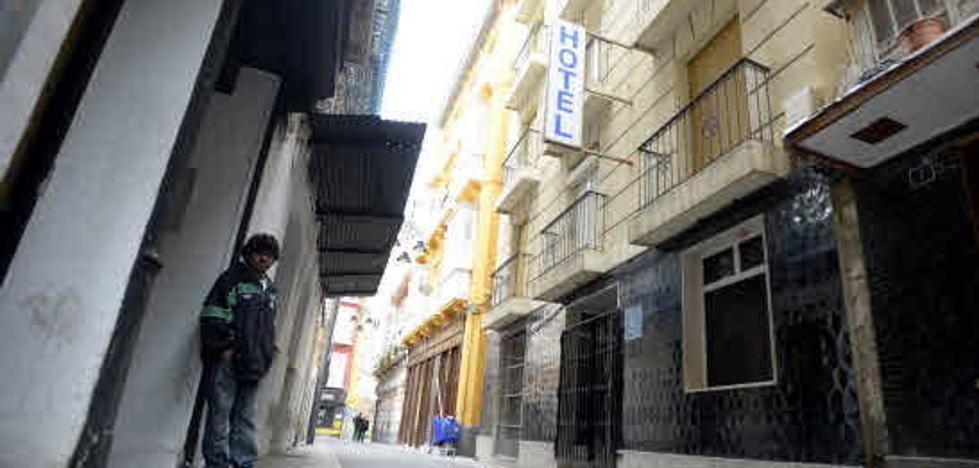 El Ayuntamiento revisa la estructura del Hotel Peninsular un año después de comprarlo