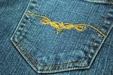 Una mujer encuentra un desagradable regalo en unos 'jeans' comprados online