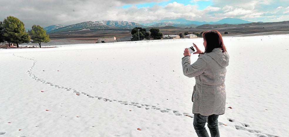 Una fuerte nevada cubre las zonas altas y obliga a cerrar carreteras