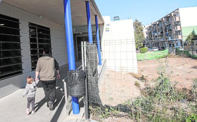 Vecinos de tres barrios planean protestar por el nuevo retraso del centro médico de San Antón