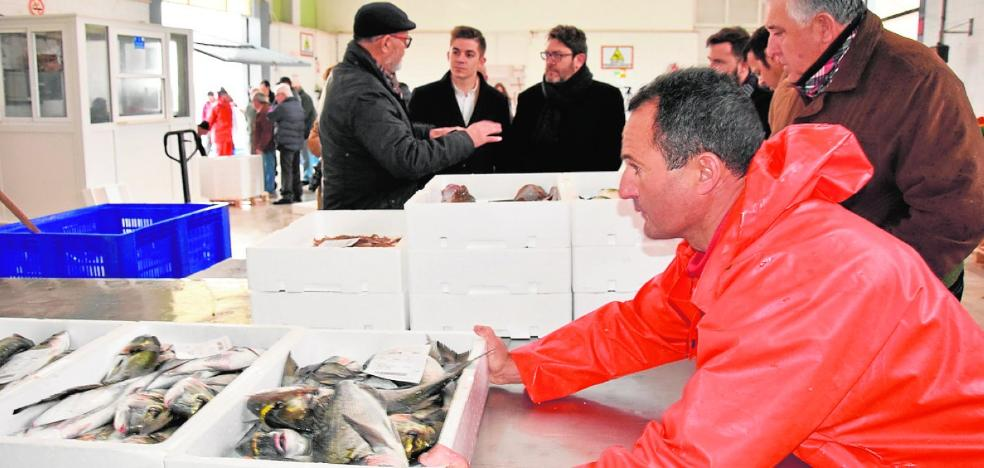 Los pescadores alertan de la invasión del cangrejo azul a costa del cranco autóctono