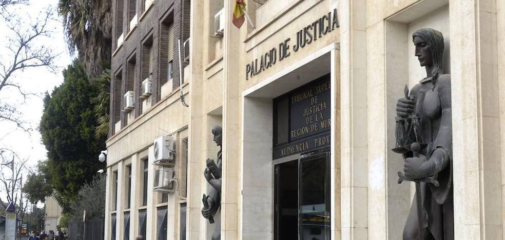 Piden 64 años de cárcel para los acusados de encerrar a una mujer en un maletero y robar en su casa de Cartagena