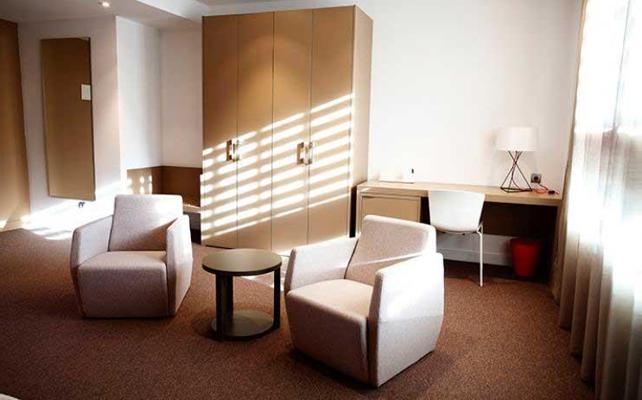 Ni se te ocurra sentarte en las sillas de la habitación de un hotel