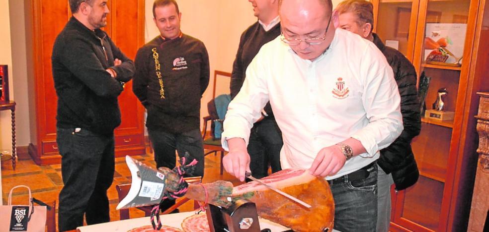 'Míster Ham' se deleita con los productos locales