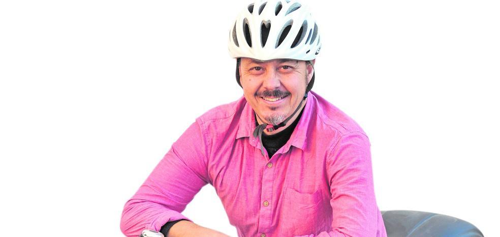 «A la Escuela de Bici llegan desde los que no saben usarla hasta los profesionales»