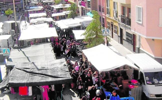 Los puestos del mercado se ponen al día con el pago de casi cien mil euros pendientes