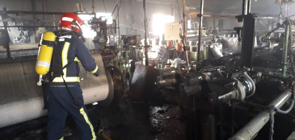Un incendio calcina una industria textil en Doña Inés